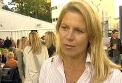 Siw Ødegaard er økonomiekspert og daglig leder på Kvinnesiden.no. Hun har 11 års erfaring som økonomisk rådgiver. Hun er også økonomiekspert i NRKs FrokostTV. Foto: NRK/FBI