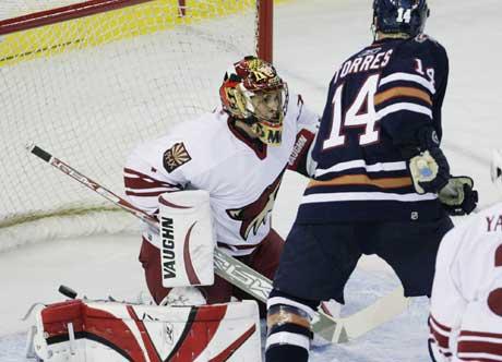 Edmontons Raffi Torres setter inn 2-0 bak Phoenix-keeper Mike Morrison i natt. (Foto: AP/Scanpix)