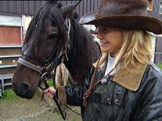 Aud Hutchinson vurderer hvilken hest som passer til hver person