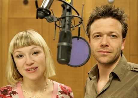 KJÆRLIGHETENS KOMEDIE: Falk og Svanhild alias Kåre Conradi og Heidi Gjermundsen Broch (Foto: Anne Liv Ekroll, NRK).