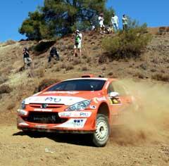 Henning Solbergs bil stoppet rett før mål under siste dag av Rally Kypros. (Foto: AFP/Scanpix)