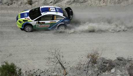 Marcus Grönholm kjemper mot Sebastien Loeb om seieren i Rally Kypros. (Foto: Philippos Christou/AP/SCANPIX)