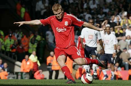 John Arne Riise fyrer løs fra 35 meter og gjør 3-0 mot Tottenham. (Foto: AP/Scanpix)