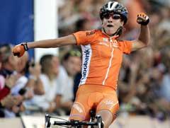 Marianne Vos jubler i det hun vinner rittet. (Foto: AP/Scanpix)
