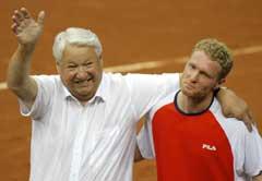 Russlands tidligere president President Boris Jeltsin omfavnet Dmitrij Tursunov etter seieren. (Foto: AP/Scanpix)