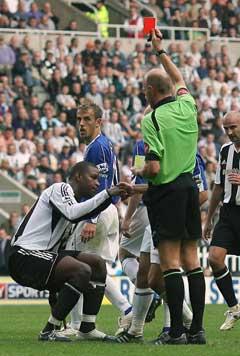 Dommer Steve Bennett gir rødt kort til Newcastle Uniteds Titus Bramble. (Foto: Reuters/Scanpix)