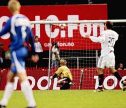 Mattias Asper klarte ikke redde denne ballen fra Adriano Hunoz under tippeligarunden mellom Sandefjord og Viking på Storstadion i Sandefjord Søndag kveld. Stian Lysberg Solum / SCANPIX .