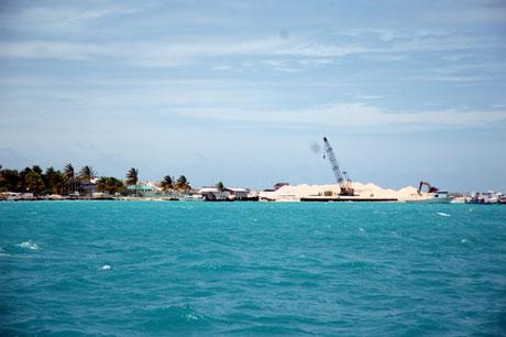 Fortsatt bygges det på den nye øya Hulhumale. Det er nå også bygd landforbindelse til flyplassen. Foto: NRK