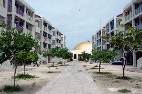 På den nye øya Hulhumale bor det nå om lag 2000 mennesker, med egen skole, moské og sykehus. Foto: NRK