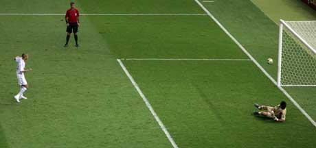 David Trezeguet bommer på det avgjørende straffesparket i VM-finalen. (Foto: AFP/Scanpix)