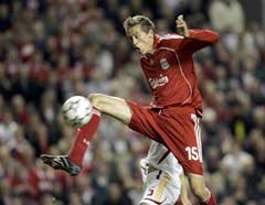 Peter Crouch scorer Liverpools første mål mot Galatasaray. (Foto: AP/Scanpix)