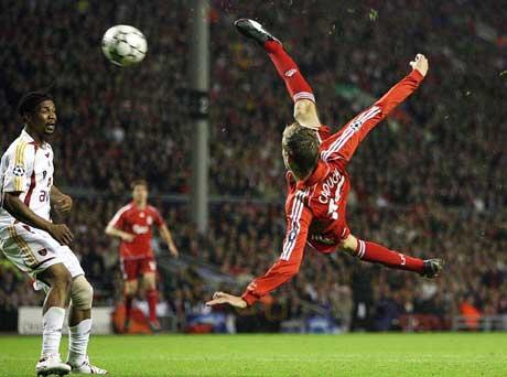 Peter Crouch scorer Liverpools tredje mål på brassespark. (Foto: AP/Scanpix)