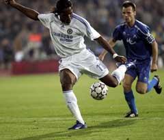 Didier Drogba skyter inn sitt andre mål. (Foto: AP/Scanpix)