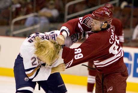 Patrick Thoresen i slåsskamp med Mike Comrie (Foto: Reuters/Scanpix)