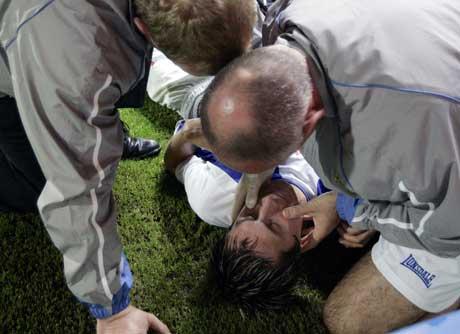 Morten Gamst Pedersen måtte behandles på banen etter å ha fått en albue i ansiktet. (Foto: Reuters/Scanpix)