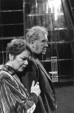 GENGANGERE: Fra Det Kongelige Teater i København. Ghita Nordby spiller en uforglemmelig Fru Alving (Foto: DR/Danmark)