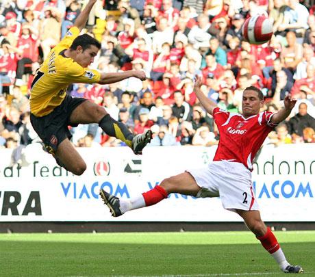 Ballen har forlatt foten, og er på vei som et prosjektil mot nettmaskene. (Foto: Reuters / Eddie Keogh)