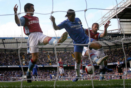 Chelsea får sin scoring etter at Mellberg setter ballen i eget nett. (REUTERS/Toby Melville)