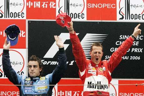Michael Schumacher jubler sammen med Fernando Alonso på podiet i Kina. (Foto: AP/Scanpix)