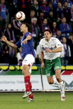 VIFs Ronny Johnsen ( til venstre) i duell med Markus Ringberg. (Foto: Terje Bendiksby / SCANPIX)