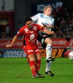 Branns Martin Andresen i duell med en Odd-spiller. (Foto: Marit Hommedal / SCANPIX)