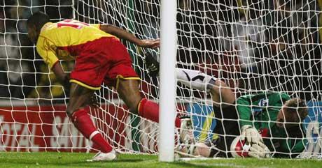 Watfords Ashley Young jubler over 2-0-målet mens Fulham-keeper Antti Niemi holder ballen inne i mål. (Foto: Reuters/Scanpix)