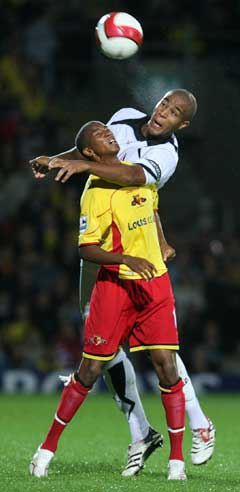 Watfords Ashley Young (t.v.) i duell med Fulhams Zat Knight. (Foto: Reuters/Scanpix)