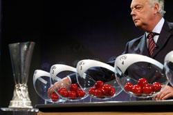 Roger Vanden Stock, nestleder i Uefa, sto for trekningen. (Foto: AP/ SCANPIX)
