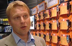 – Salget av musikkmobiler har eksplodert, sier Trond Bergestuen, kommunikasjonsdirektør i Expert. Foto: NRK/FBI