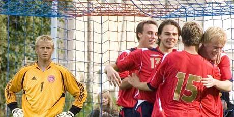 Kasper Schmeichel ser de norske spillerne juble (Foto: Jens Nørgaard Larsen / SCANPIX)