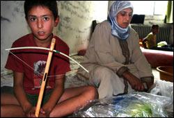 Fatima Akhdar var heldig og rakk å flykte fra bombene sammen med ektemannen og de seks barna. Foto: Scanpix/Nils-Inge Kruhaug