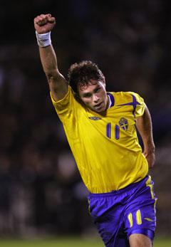 Johan Elmander jubler etter å ha gitt Sverige ledelsen mot de spanske stjernene. (Foto: Niklas Larsson / Scanpix)