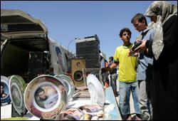 En libanesisk kvinne ser på suvenirer av Hizbollah leder Sayyed Hassan Nasrallah. Foto: Scanpix