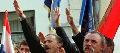 Kroater utfører nazihilsen. (Foto: AP/Scanpix)