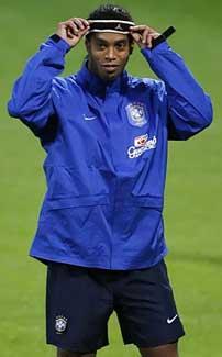 Ronaldinho justerer hårbåndet under trening på Råsunda. (Foto Reuters/Scanpix)