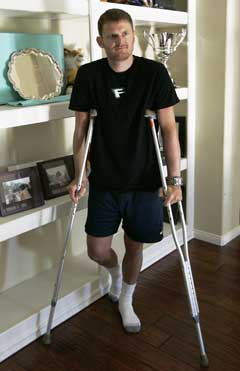 Floyd Landis går for tiden på krykker etter å ha gjennomgått en hoftetransplantasjon i slutten av september. (Foto: AP/Scanpix)