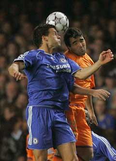 Chelseas Michael Ballack i duell med Barcelonas Deco (Foto: Reuters/Scanpix)