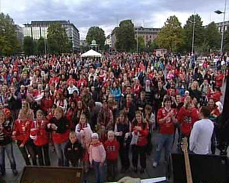 Flere tusen mennesker hadde samlet seg på Festplassen i Bergen for å lade opp til søndagens kamp. (Foto: Dag Harald Kvammen Andersen/NRK)