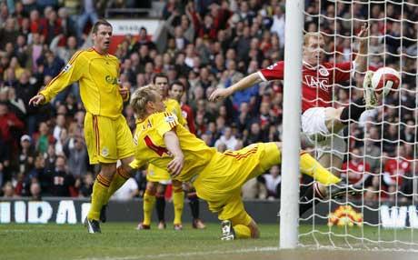 Paul Scholes kjemper inn 1-0-målet. (Foto: Reuters/Scanpix)