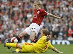 John Arne Riise takler Manchester Uniteds Darren Fletcher (Foto: AFP/Scanpix)