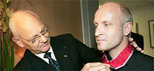 Kansellisjef Egil Vindorum utnevner Lars Saabye Christensen til Kommandør av Den Kongelige Norske St Olavs Orden. Foto: Lise Åserud/Scanpix