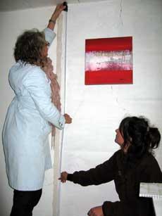 Kunstner Myriam Borst måler galleri-veggen