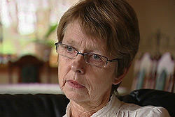 Inger Lise Kausland mistet ektemannen for to måneder siden da legene valgte å avslutte behandlingen. Foto: Silje Østmoe, NRK