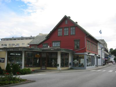 Forretningsbygget Fønstelien reiste i 1900
