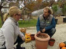 Gartner Morten Bragdø viser løkplanting