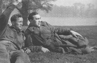 Kåre Olset (t.v.) og Mads-John Thyvold i Hyde Park i 1945. Foto frå boka til Aud Elsa Grøneng, utlånt av Karin Margrethe Thyvold