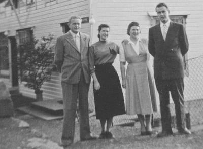 Anton og Sara Høyvik med borna Vigdis og Agnar framfor Askvoll Hospits på 1950-talet. Foto utlånt av Vigdis Høyvik