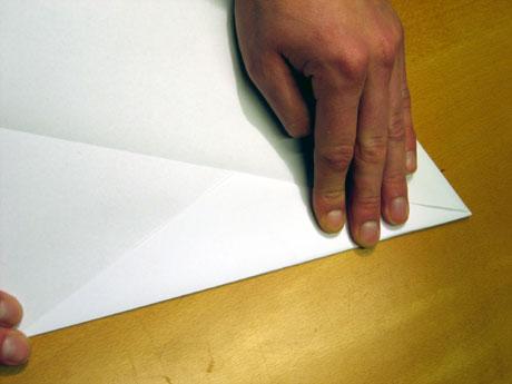 4. Brett inn hjørna endå ein gong, så arket blir endå litt spissare.