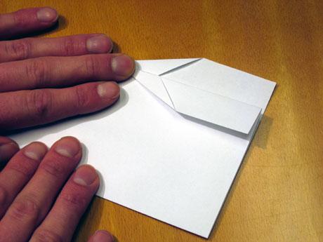 8. Så brettar du ned kantane bakerst. Dette skal bli styring under vengen. Viktig å ikkje brette ned for mykje papir her. Dette gjer du på begge sidene.