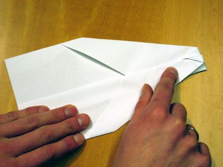 9. Så brettar du til vengane. Her kan du brette ned ganske mykje papir.